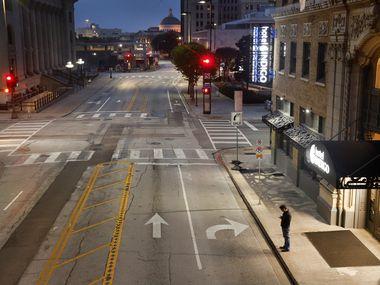 La cuarentena dejó sin actividad al centro de Dallas y muchos hoteles del área permanecen cerrados a raíz de la pandemia.