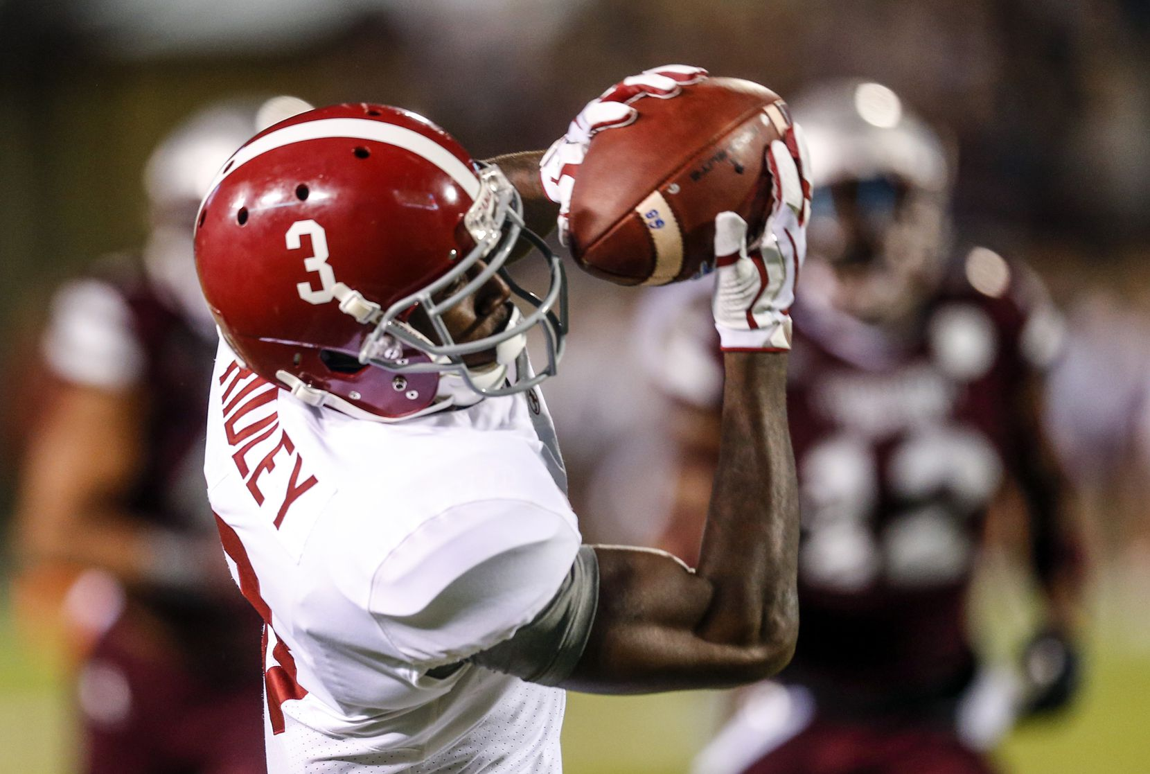 STARKVILLE, MS - NOVEMBER 11:  Calvin Ridley (#3) of the Alabama Crimson Tide catches a pass during the first half of a game against Mississippi State at Davis Wade Stadium on Nov. 11, 2017, in Starkville, Miss. (Photo by Butch Dill/Getty Images)