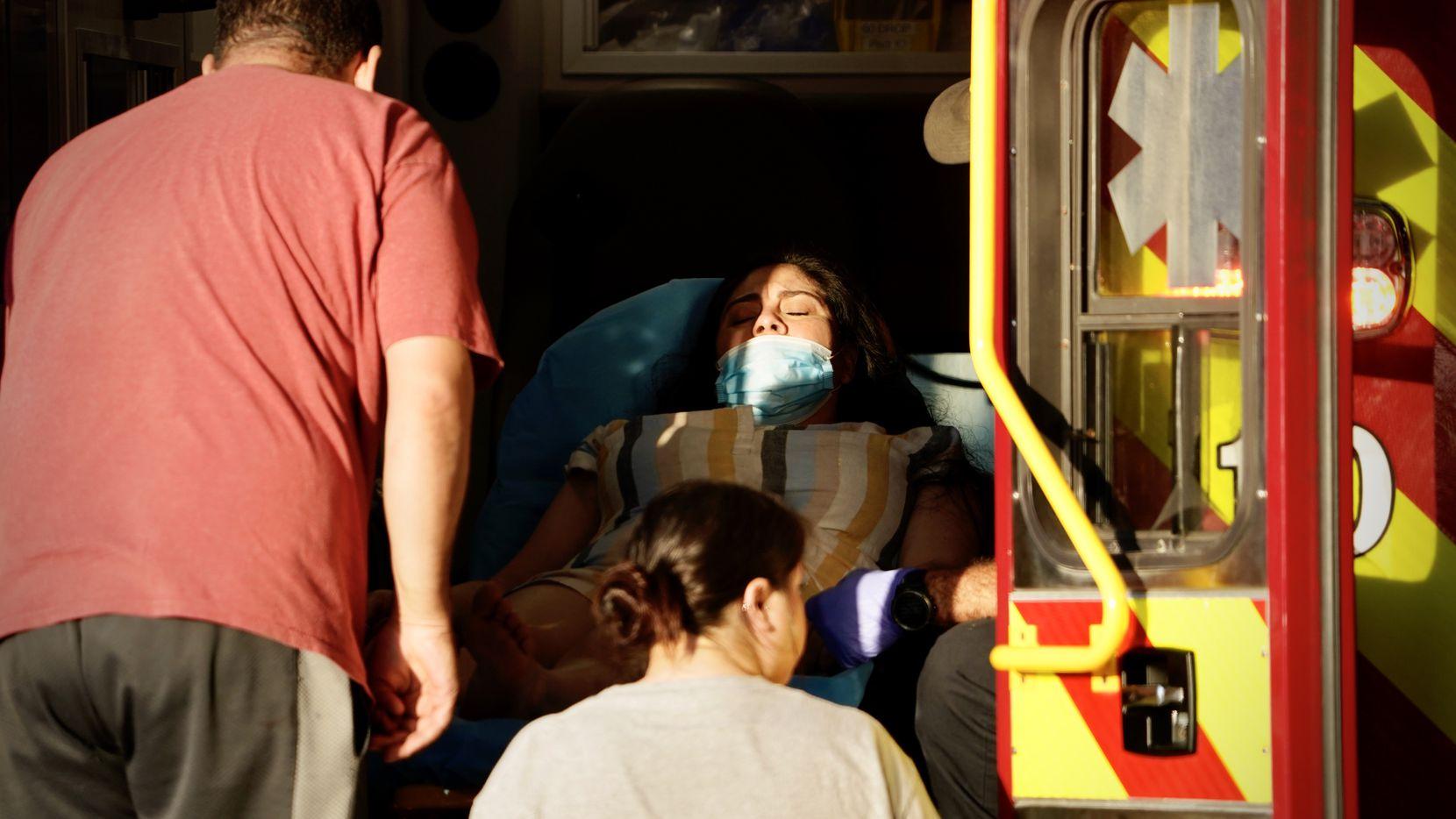 Una mujer recibe atención médica por el departamento de bomberos de Dallas afuera de Galleria Mall el martes 16 de junio de 2020. No estaba herida. Más tarde se la vio irse sola.