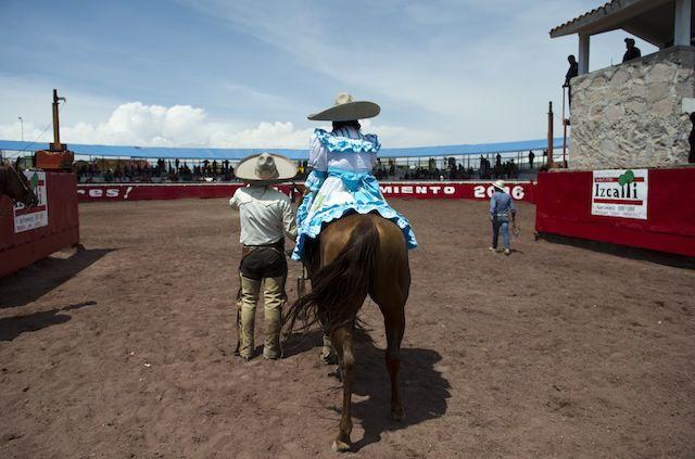 Graciela Sánchez Martinez viste se atuendo de escaramuza en un evento de charrería. La atleta fue nombrada la Reina de la Paracharrería en Cuautitlán Izcalli.