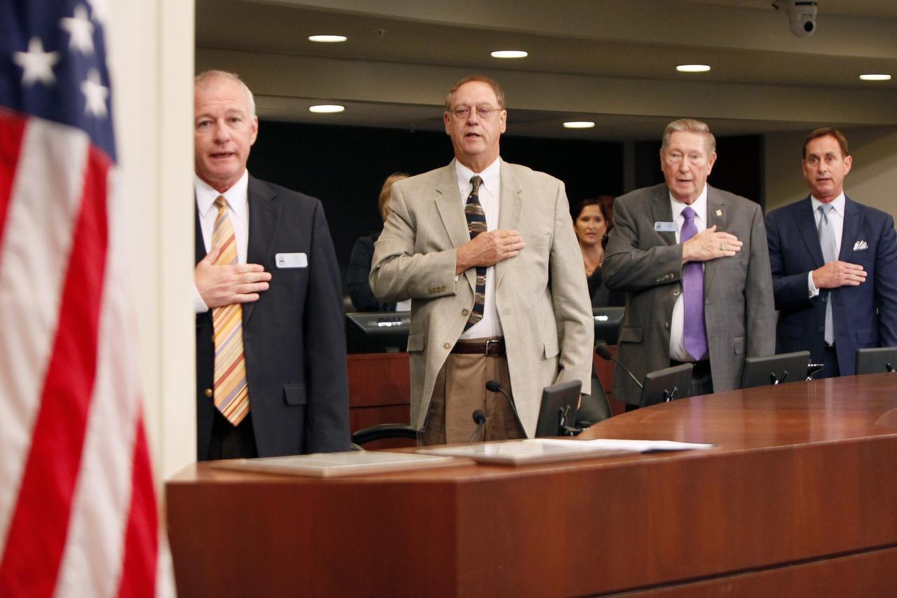 El alcade Bob Pehlps (tercero desde la izquierda) durante una reunión del Concejo de Farmers Branch. Diez años más tarde, la ciudad ha buscado ser más inclusiva, pero su fama de ser un lugar poco hospitalario para latinos, persiste. (ESPECIAL PARA AL DÍA/BEN TORRES)