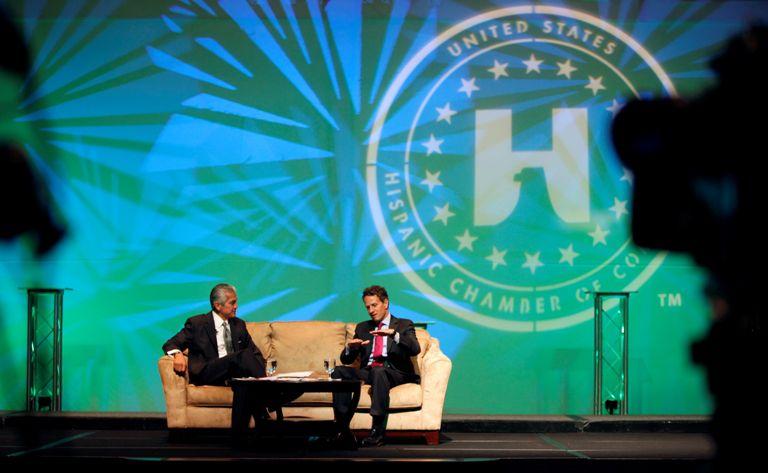 El presidente de la Cámara de Comercio Hispana de Estados Unidos (izq.) entrevistó al ex secretario del tesoro Timothy Geithner, en 2010, en Dallas. DMN