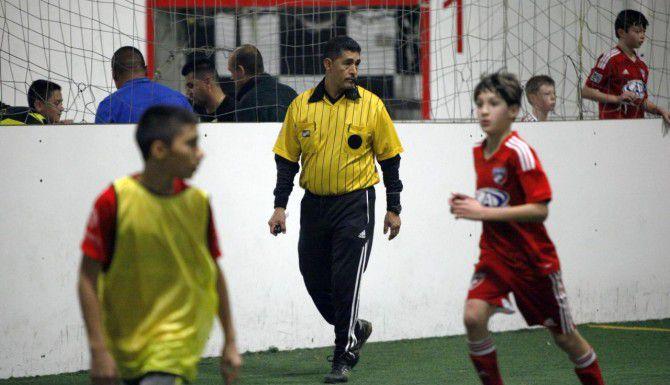 José Luis Sánchez lleva 25 años como árbitro en ligas amateurs. Trabaja dirigiendo partidos de futbol infantil en Indoor Soccer Zone de Dallas. (Special Contributor/BEN TORRES)
