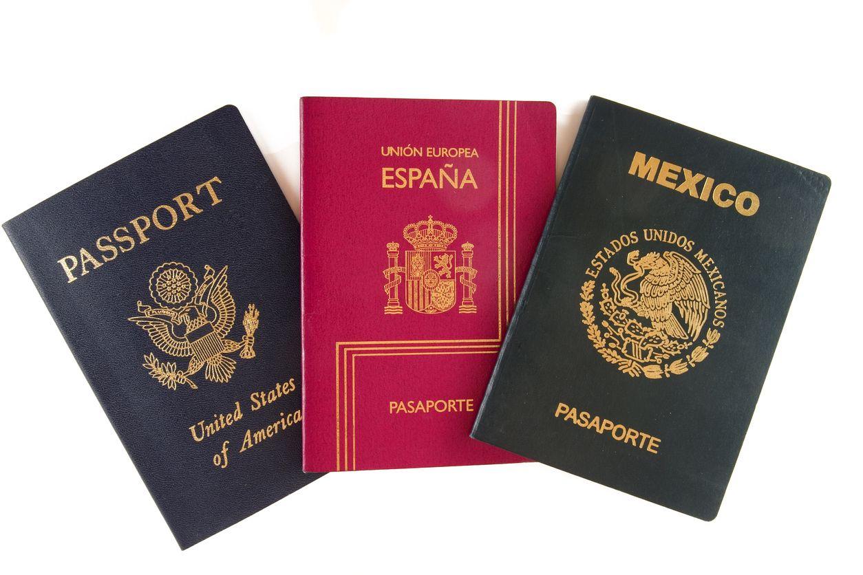 Pasaportes de Estados Unidos, España y México.