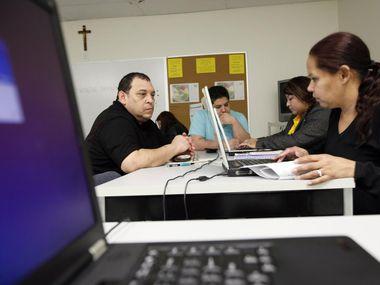 El Volunteer Income Tax Assistance (VITA) en Fort Worth ofrece ayuda para personas que ganan menos de $60,000 puedan declarar sus impuestos sin ningún costo.