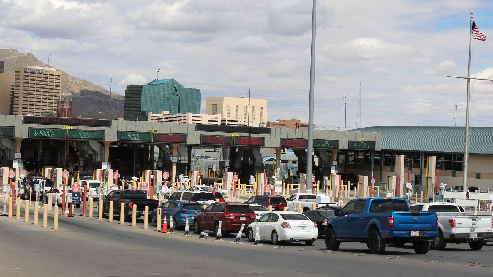 Vehículos esperan ingresar de México a Estados Unidos por el Puente Internacional Santa Fé, que conecta El Paso, Texas y Ciudad Juárez, México.