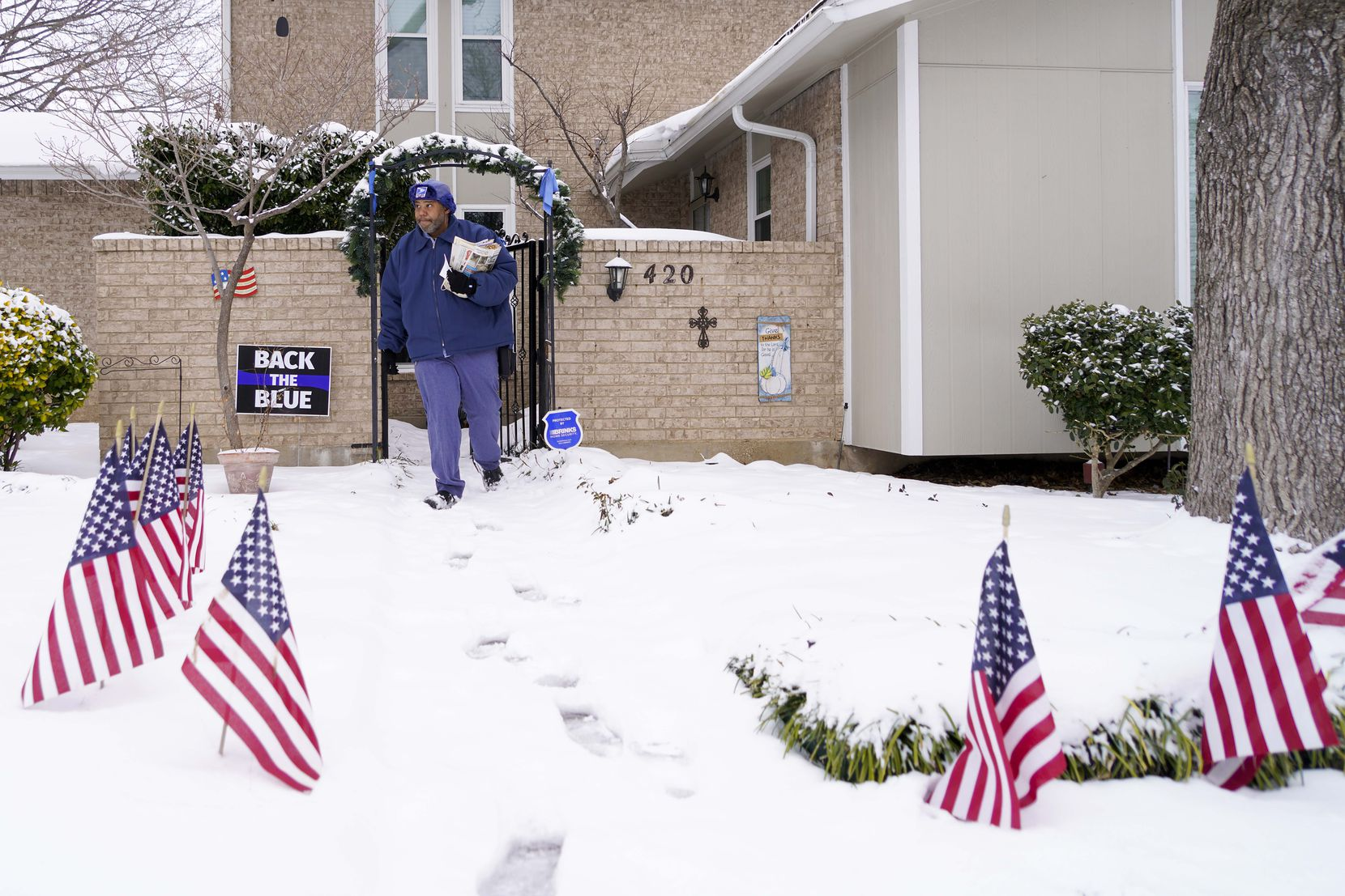 RayShawn Riley delivered mail in Richardson on Feb. 17.  (Smiley N. Pool/The Dallas Morning News)