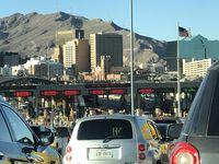 El puente internacional de El Paso del Norte conecta El Paso, Texas con Ciudad Juárez, Chihuahua.
