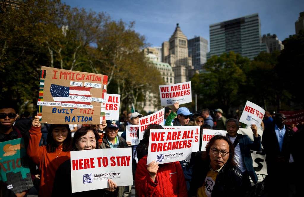 En esta foto de archivo, manifestantes marchan  a favor de DACA y TPS en Nueva York. Los tepesianos tuvieron buenas noticias esta semana, con una prórroga al programa hasta enero de 2021.