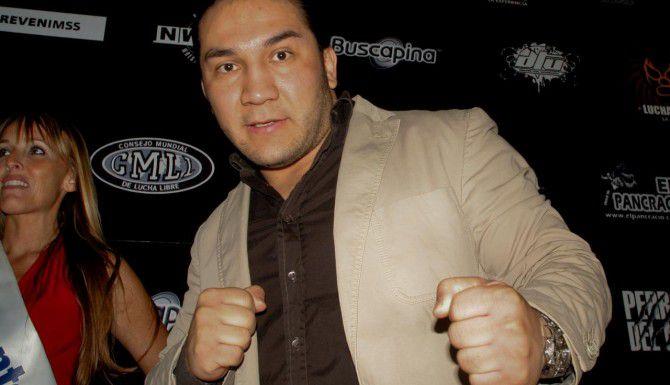 Pedro Aguayo Ramírez cayó inconsciente sobre las cuerdas, aparentemente tras recibir una patada voladora de Óscar Gutiérrez (AP/ENRIQUE ORDOÑEZ)