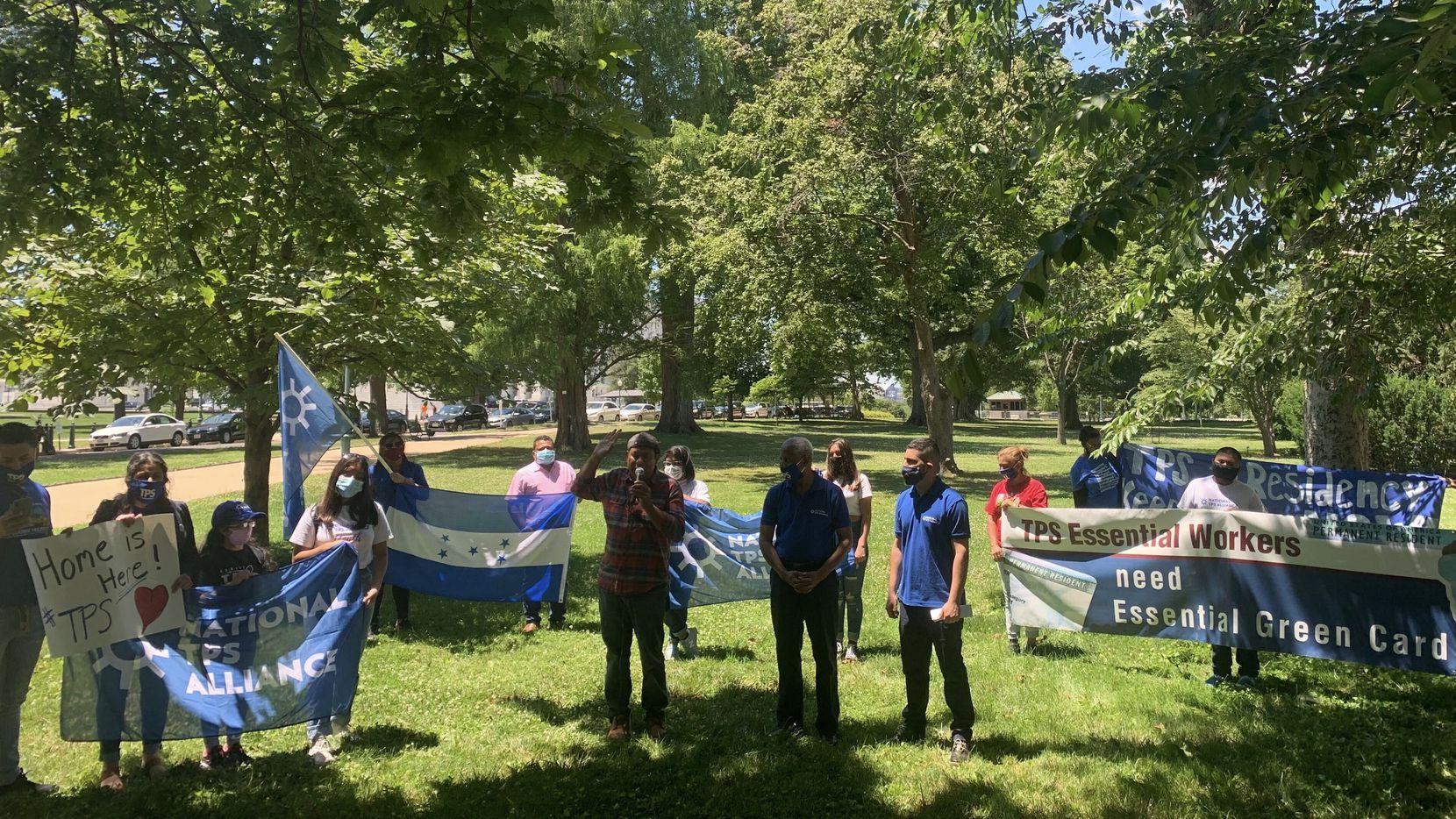 En esta fotografía de archivo de junio de 2020, se ve a un grupo de beneficiarios de TPS que organizaron una caravana y viajaron a Washington desde varias ciudades del país.