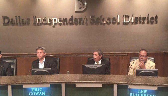 El ex superintendente de las escuelas de Dallas, Michael Hinojosa (centro), ha sido llamado a supervisar nuevamente el DISD, hasta que la junta escolar designe un líder permanente. (DMN/MATTHEW HAAG)