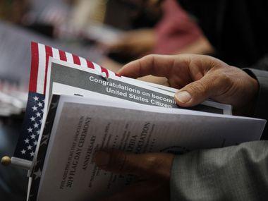 Una persona recibe su certificado de ciudadanía en los Estados Unidos.