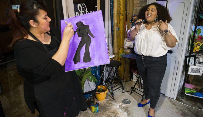 durante un taller de pintura enfocado en Selena, en el estudio de arte Candelaria & Co. en Dallas, el viernes, 8 de marzo. (Por Ashley Landis/The DMN)