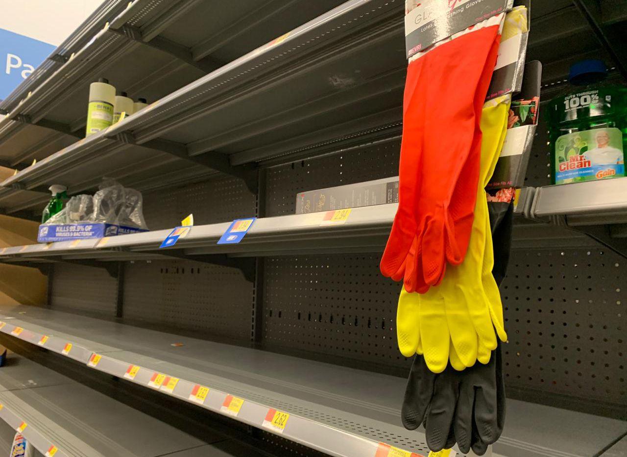 Los artículos de limpieza y de higiene desaparecieron de las góndolas de algunos supermercados como Sam's Club al sur de Dallas.