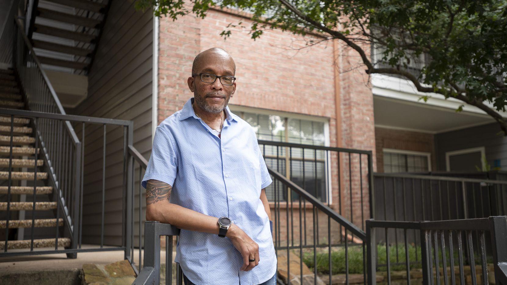 Jason Hale, de 48 años, esperó casi 20 años para recibir un trasplante de riñón. Hispanos y afroamericanos están rezagados en las bases de datos de donantes de órganos.