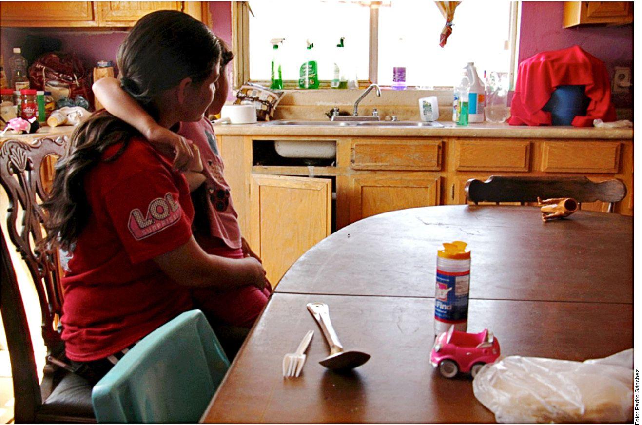 Carmen, una madre soltera hondureña de 38 años de edad, viajó desde su país con una hija de seis años y su hijo de 17.