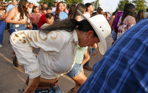 Olga López, de 15 años, en la rueda de baile que abrió el Huapango Fest Block Party el viernes 5 de julio.
