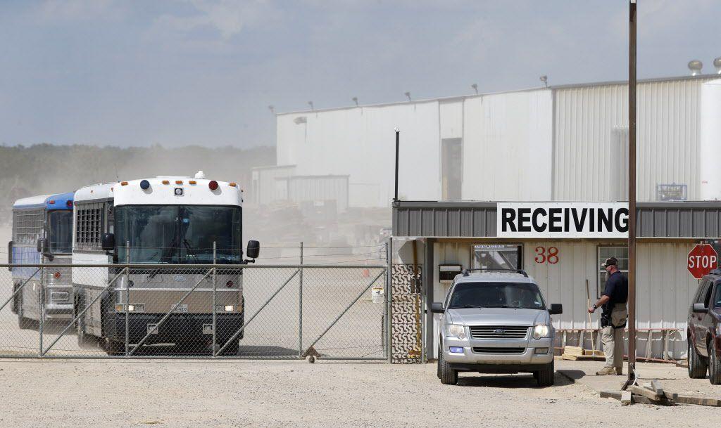 Un agente de ICE fuera de Load Trail LLC. después de que el Servicio de Inmigración y Aduanas irrumpiera en el fabricante del remolque en Sumner, Texas, el 28 de agosto de 2018. (Nathan Hunsinger / The Dallas Morning News)