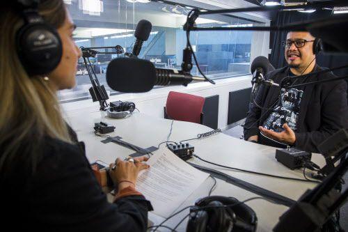 La reportera Jenny Manrique, a la izquierda, habla con el actor Alex Alpharaoh en DMN el 2 de noviembre de 2018, durante la grabación del primer episodio de Latinos Al Día, el nuevo podcast de Al Día Dallas. (Carly Geraci / The Dallas Morning News)