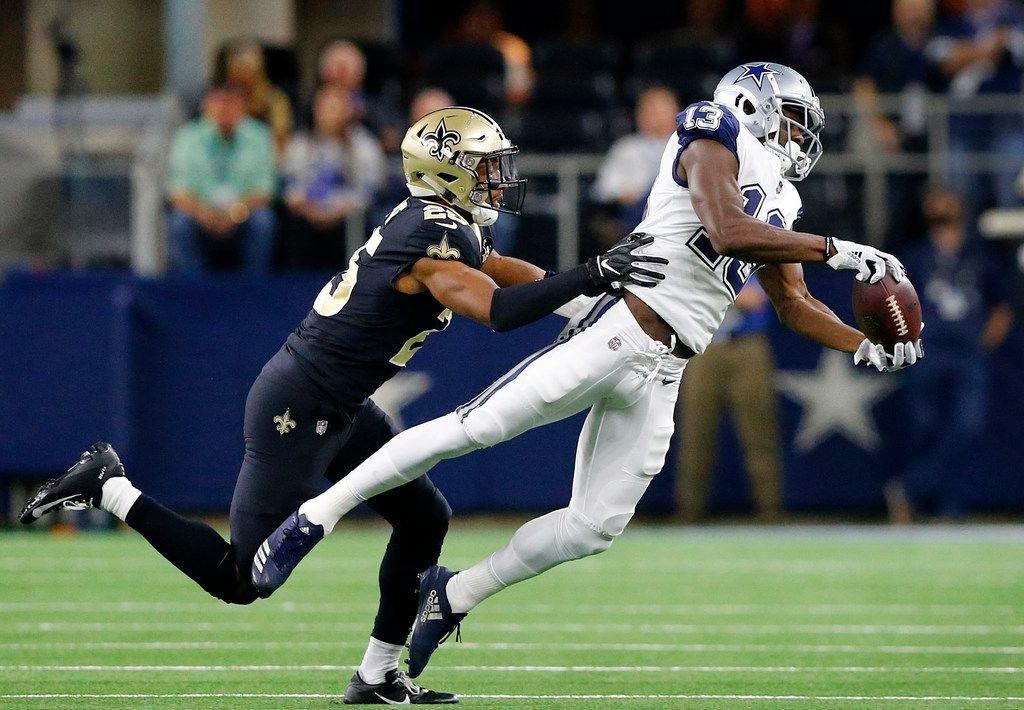 El receptor de los Dallas Cowboys, Amari Cooper (19), atrapa un pase ante los Saints de Nueva Orleáns, el 29 de noviembre de 2018 en el AT&T de Arlington.
