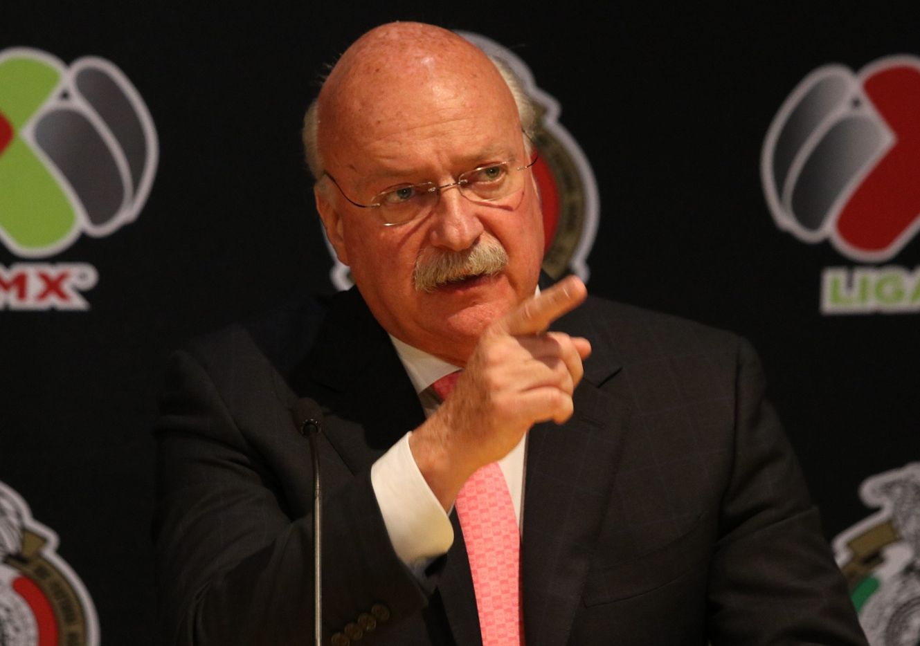 El expresidente de la Liga MX, Enrique Bonilla, es señalado de extorsión por el entrenador Hugo Fernández.