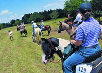 Un paseo en caballo acompañado por la familia puede ser el mejor regalo para el Día del Padre.