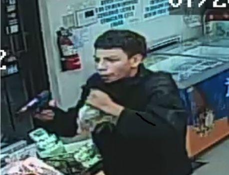 Uno de los hombres que supuestamente han atracado por lo menos 11 veces varias tiendas en Hurst. Foto cortesía del DEPARTAMENTO DE POLICÍA DE HURST.