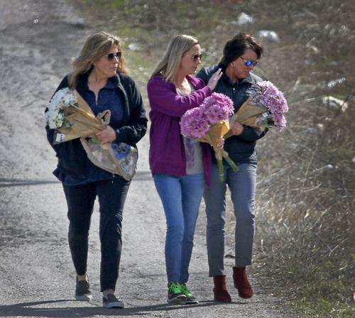 Jonni McElroy (der.) madre de Christina Morris, llega al lugar donde se encontró una osamenta en Anna, Texas. JAE S. LEE/DMN