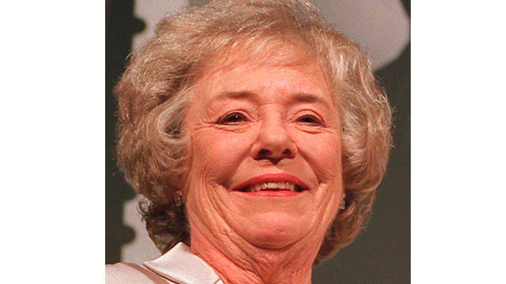 """Pat Hitchcock posa en una fotografía del 29 de octubre de 1997 en Los Angeles. La hija única de Alfred Hitchcock, quien actuó en """"Strangers on a Train"""", ha muerto. Tenía 93 años. La hija de Pat Hitchcock señaló que murió el lunes 9 de agosto de 2021."""
