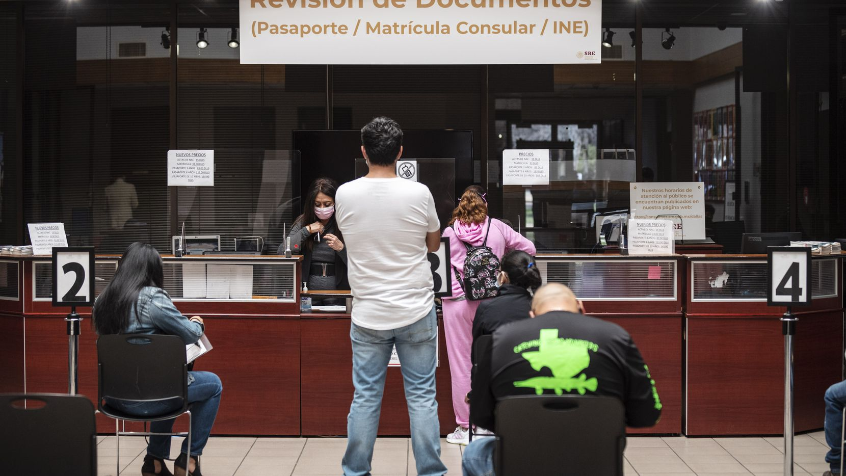 Muchos ciudadanos mexicanos que quieren hacer cita en el consulado deben comprar sus citas pese a que son gratuitas.