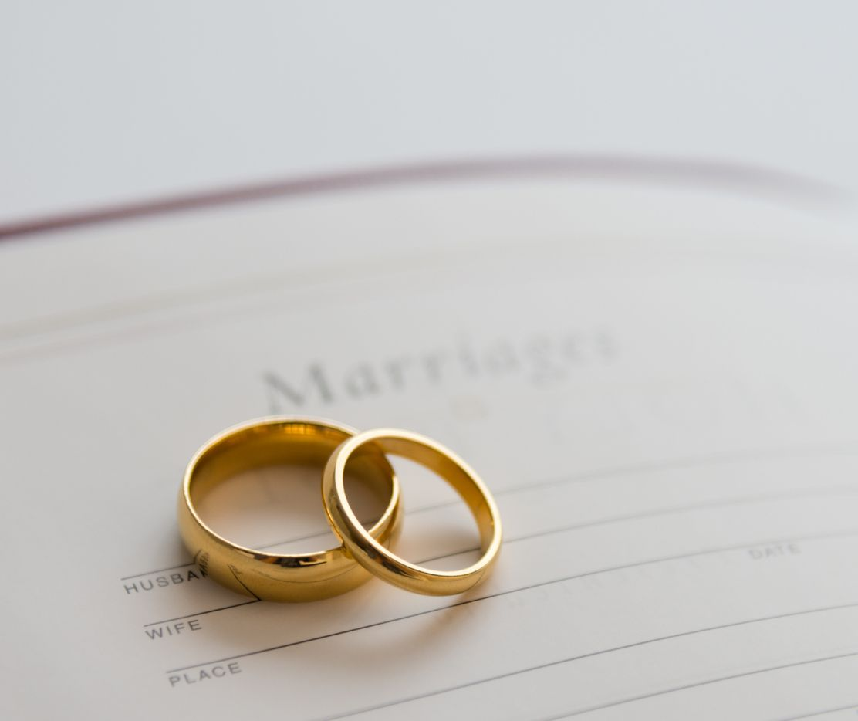 Anillos de matrimonio sobre un certificado  de casamiento.