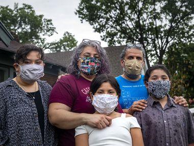 Ofelia Faz-Garza (centro) junto a su esposo Héctor junto a sus hijas (desde la izq.) Meztli, de 14 años, Paloma, de 8 y Lila, de 10, en su hogar en el oeste de Oak Cliff, en el código postal 75211, el más afectado por covid-19 en el condado de Dallas. Faz Garza fabricó mascarillas para su familia y solo ha salido de casa en dos ocasiones.