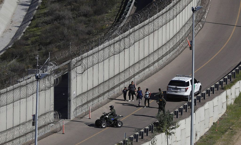 Migrantes hondureños son detenidos por la Patrulla Fronteriza de Estados Unidos tras ingresar ilegalmente por San Diego, California, el 16 de diciembre de 2018. (AP Foto/Moisés Castillo)