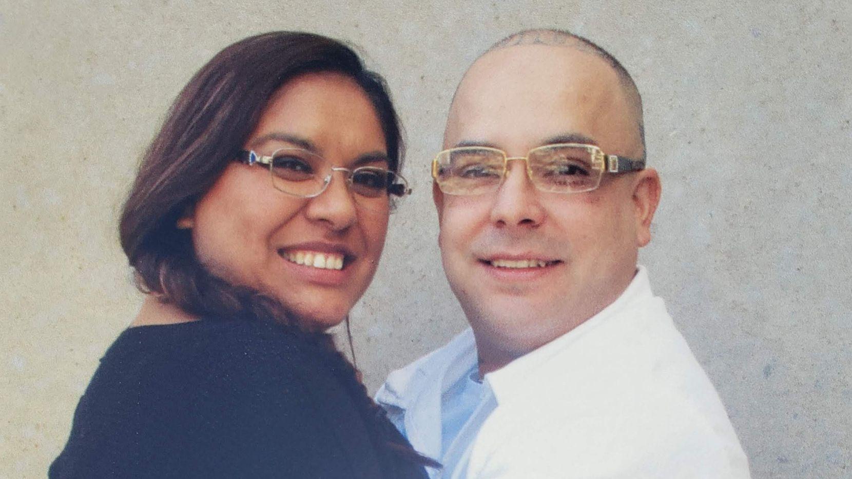 Cassandra Gonzalez abraza a su espos Eric quien debía ser liberado de una prisión de Texas en Brownwood, pero su liebertad ha sido pospuesta debido a casos de covid-19.