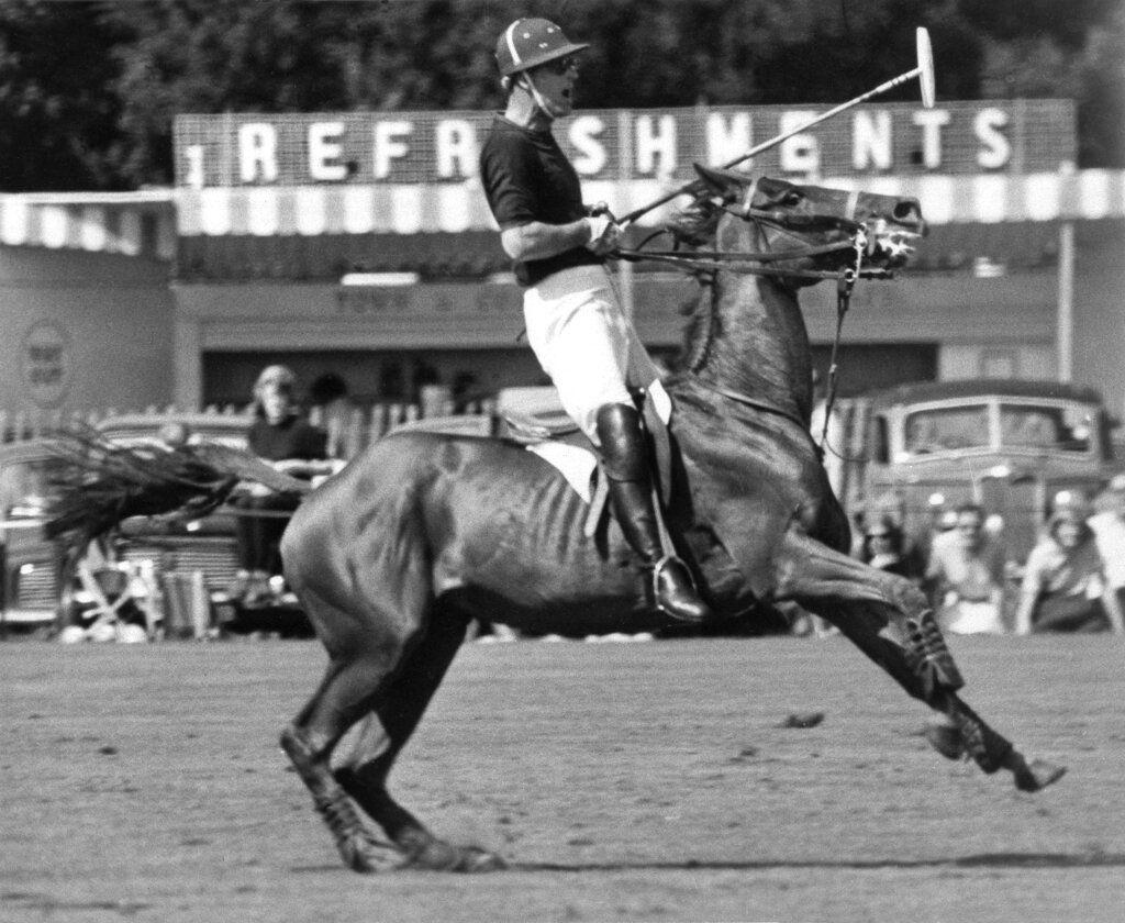 En esta foto del 20 de junio de 1965, el príncipe Felipe de Gran Bretaña durante n partido de polo en Windsor, Inglaterra. Su equipo ganó el juego. (AP Foto/Archivo)