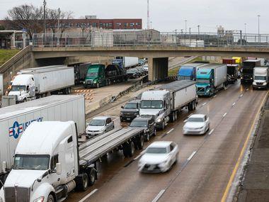 El jueves hubo accidentes y congestiones en las carreteras del Norte de Texas. Muchos distritos escolares optaron por clases virtuales o simplemente cancelaron clases.