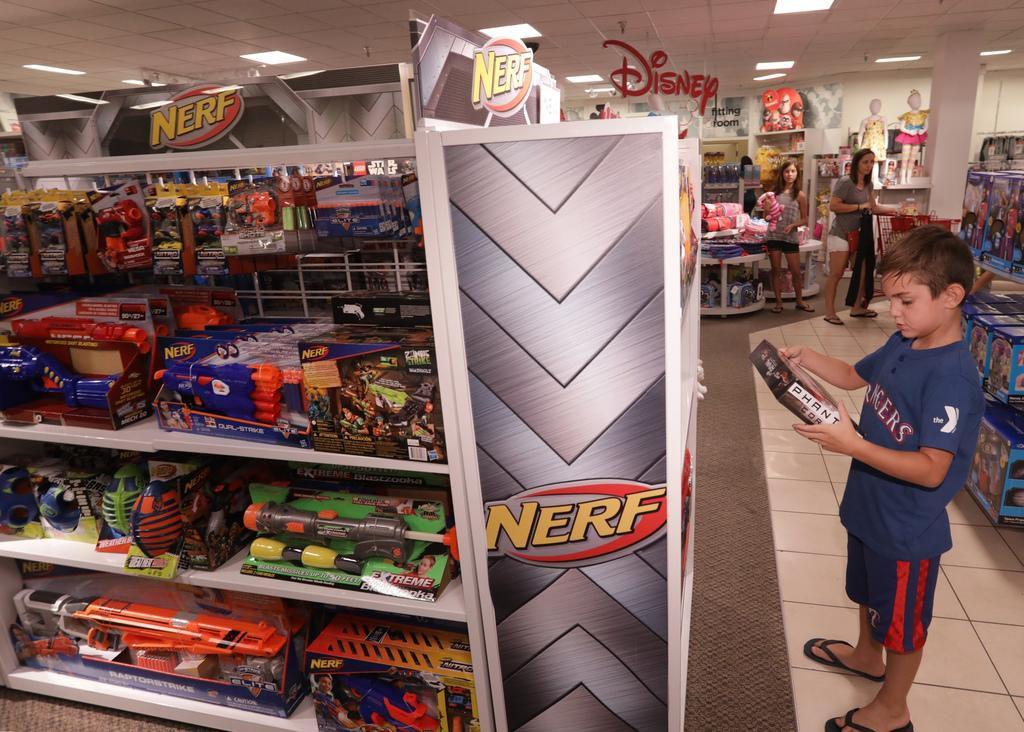 Mason Watson, de 7 años, revisa los nuevos juguetes en el local de JC Penny en el Collin Creek Mall, de Plano. JASON JANIK/DMN