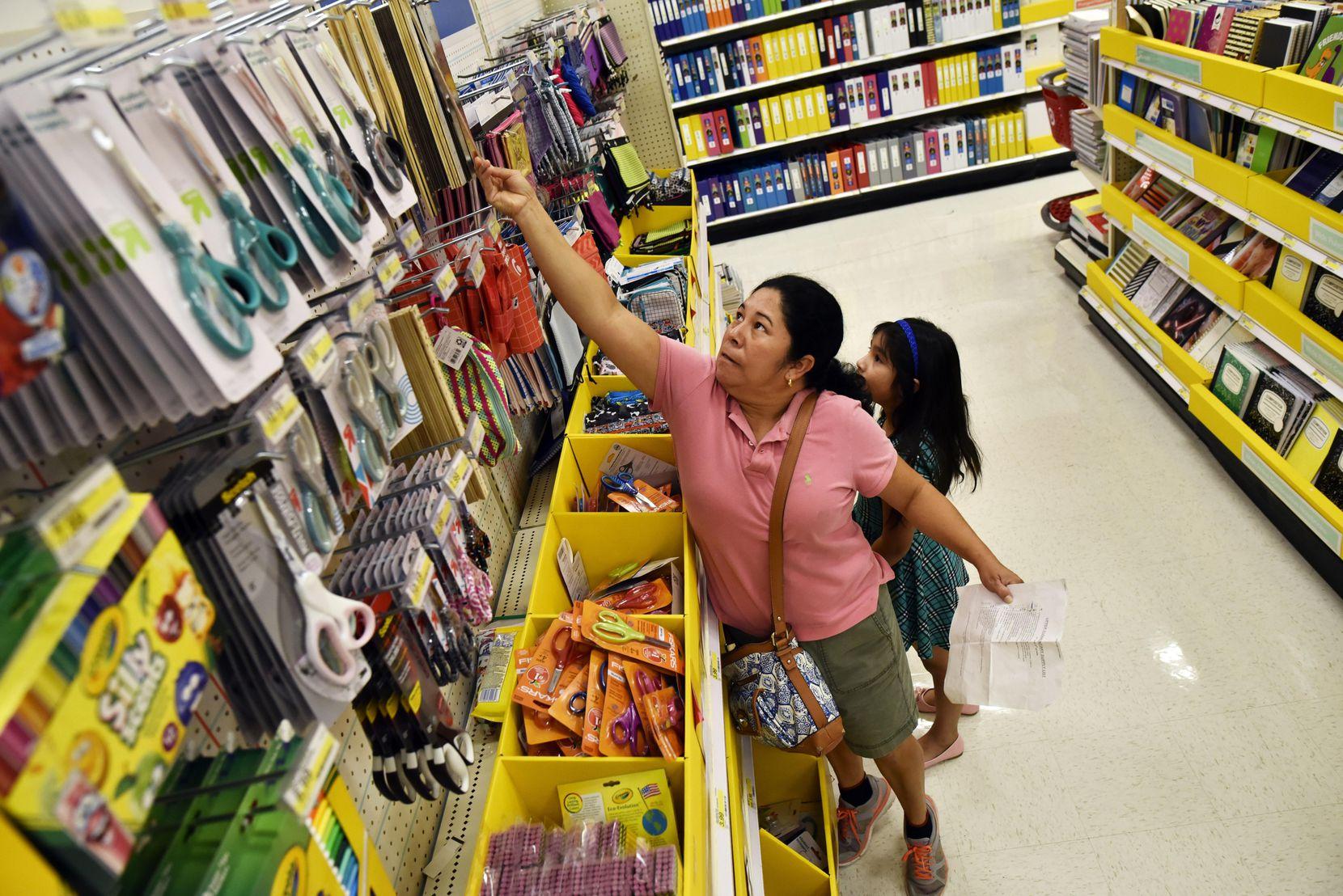 """Irma Arriaga compra útiles escolares para sus hijos aprovechando el inicio del fin de semana sin impuestos. El """"tax holiday"""" durará hasta el domingo. BEN TORRES/AL DÍA"""