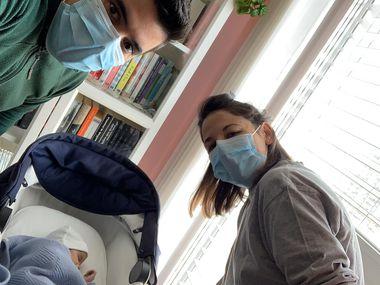 Oscar Carrillo y su esposa Vanesa Muro, junto a su recién nacido Oliver, en Madrid. Muro dio positivo por coronavirus por lo que fue aislada por 10 días del bebé para evitar contagiarlo.