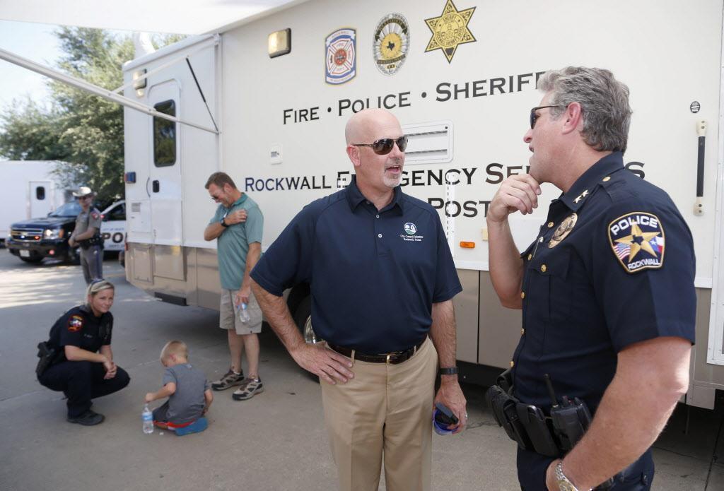 El concejal de Rockwall Kevin Fowler (centro) junto al jefe de policía Kirk Riggs. Lulac pidió a la policía de Rockwall que revise sus prácticas a raiz de un incidente en el que murió Félix Reyes Jr. MICHAEL AINSWORTH/DMN