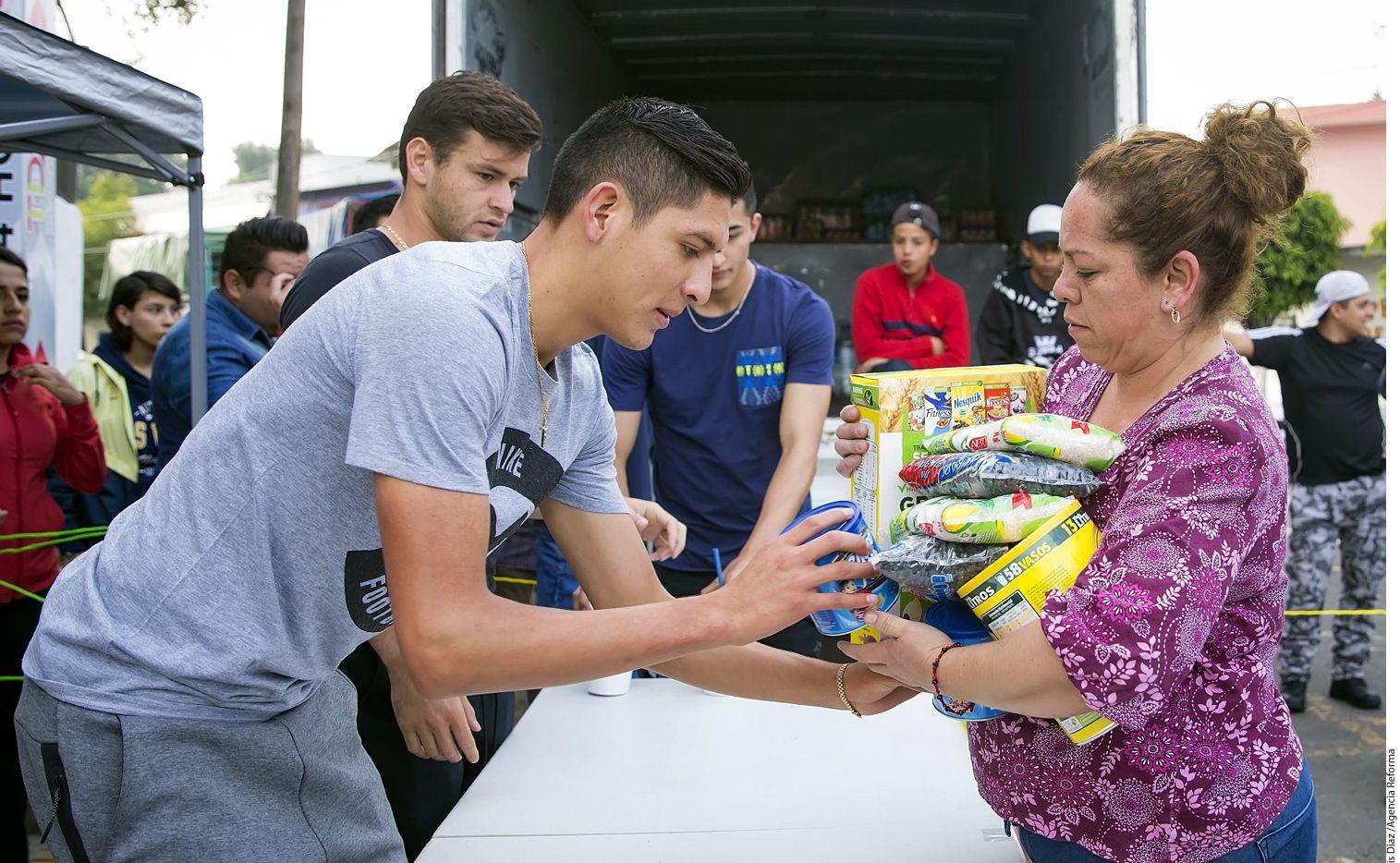 Los americanistas Edson Álvarez y Alejandro Díaz (gris) dejaron los colores de lado y sumaron esfuerzos al participar en una colecta de víveres para los damnificados por el sismo. /AGENCIA REFORMA