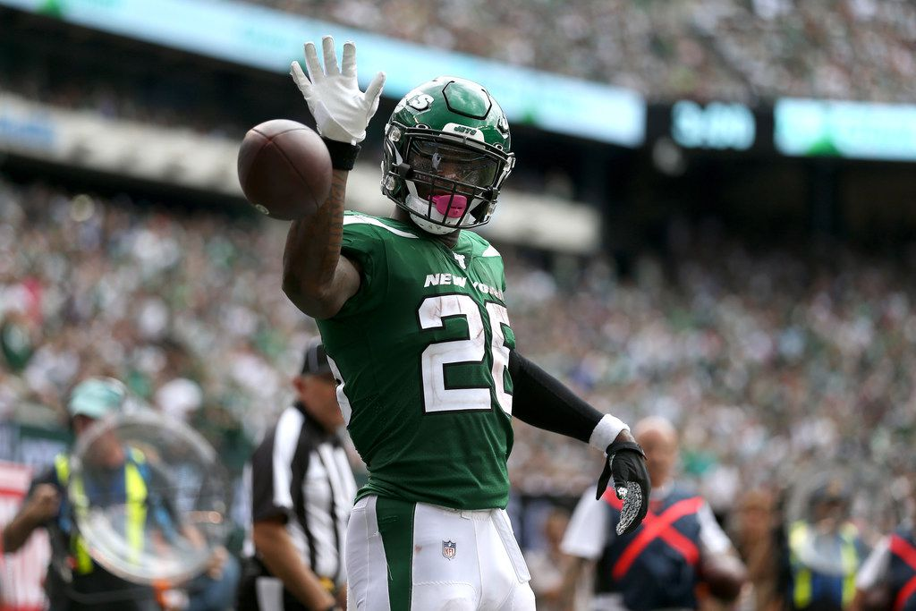 EAST RUTHERFORD, NEW JERSEY - SEPTEMBER 08: Le'Veon Bell #26 of the New York Jets signals for a first down against the Buffalo Bills during the at MetLife Stadium on September 08, 2019 in East Rutherford, New Jersey. The Buffalo Bills defeated the New York Jets 17-16. (Photo by Michael Owens/Getty Images)