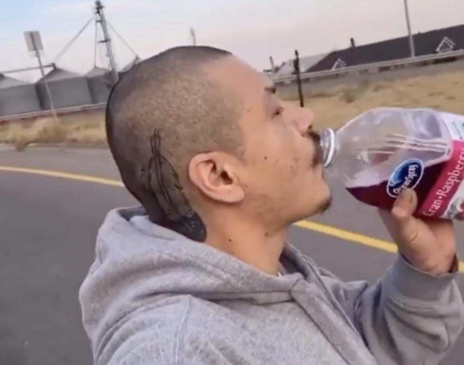 Nathan Apodada tomando jugo de arándanos mientras patina sobre una autopista en Idaho.