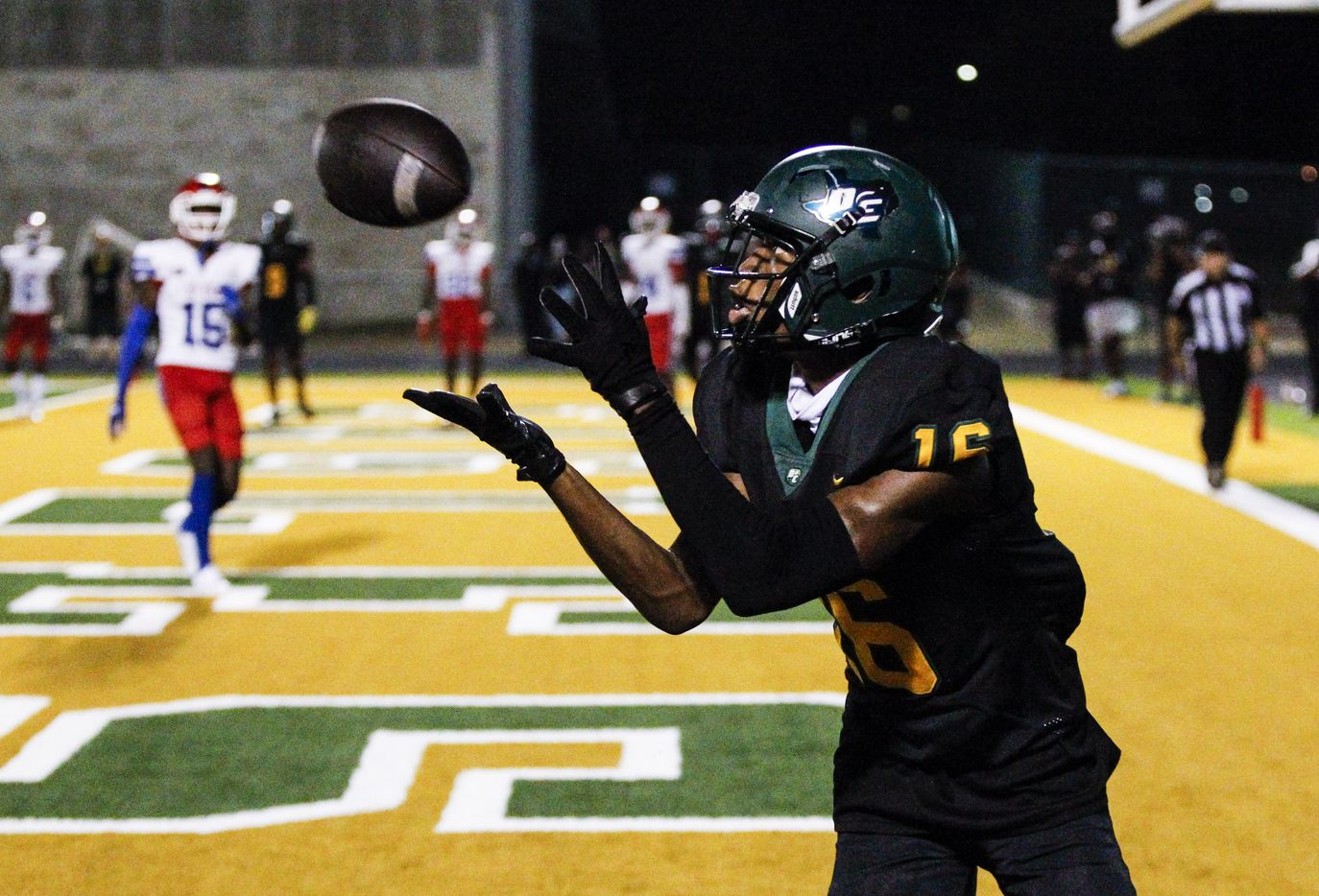 DeSoto senior wide receiver Jaylan Bean (16) catches a pass for a touchdown during the second half of a high school football game against Duncanville at DeSoto High School, Friday, September 17, 2021. Duncanville won 42-21. (Brandon Wade/Special Contributor)