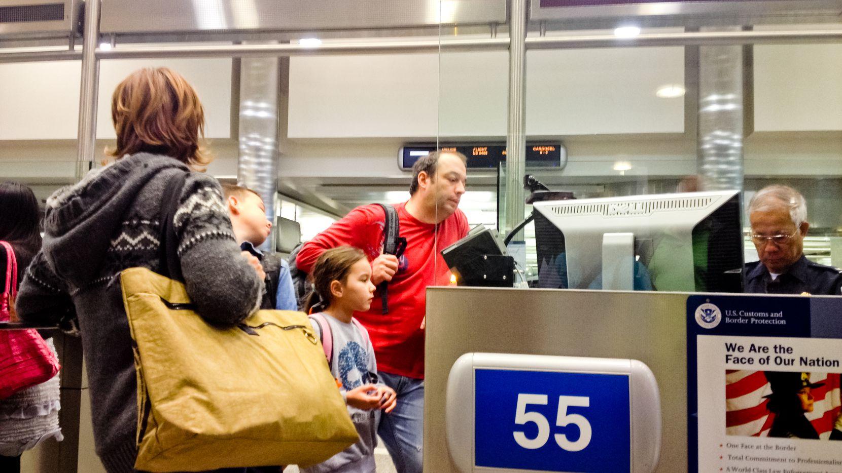 Cálculos del Center for Migration Studies revelan que dos de cada tres personas indocumentadas en Estados Unidos entraron al país con una visa o un permiso de estancia y se quedaron más allá del tiempo permitido.