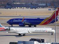 Un avión Boeing 737 de Southwest Airlines y un Bombardier CRJ de American Eagle, la línea regional de American Airlines, en el Mitchell International Airport de Milwaukee.