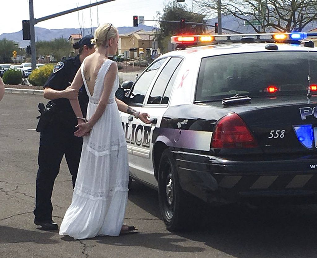 Esta fotografía proporcionada por el Departamento de Policía de Marana, en Arizona, muestra a Amber Young, de 32 años, al ser arrestada bajo sospecha de conducir ebria, el lunes 12 de marzo de 2018, en el sur de Arizona. Young se dirigía a su boda. (Departamento de Policía de Marana vía AP)