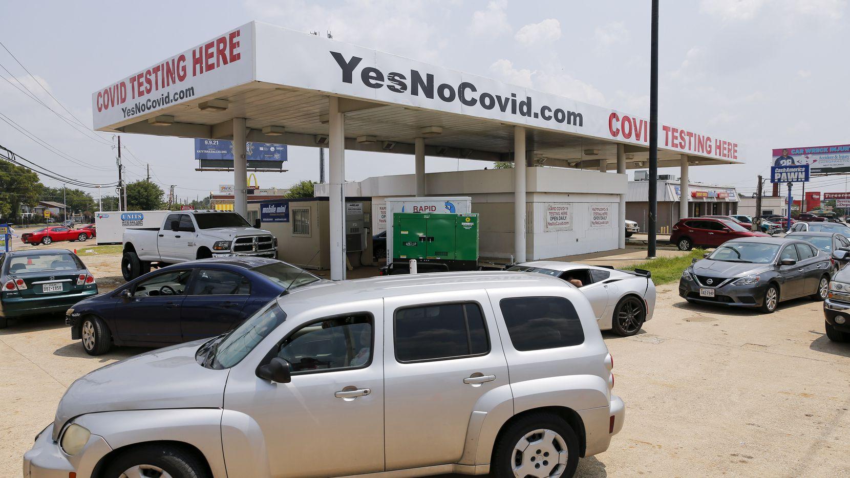 Filas de autos en YesNoCovid, un sitio de pruebas drive thru en el noreoeste de Dallas. Debido al incremento de casos de la variante delta de covid-19, los CDC recomiendan continuar realizándose pruebas aunque ya esté completamente vacunado.