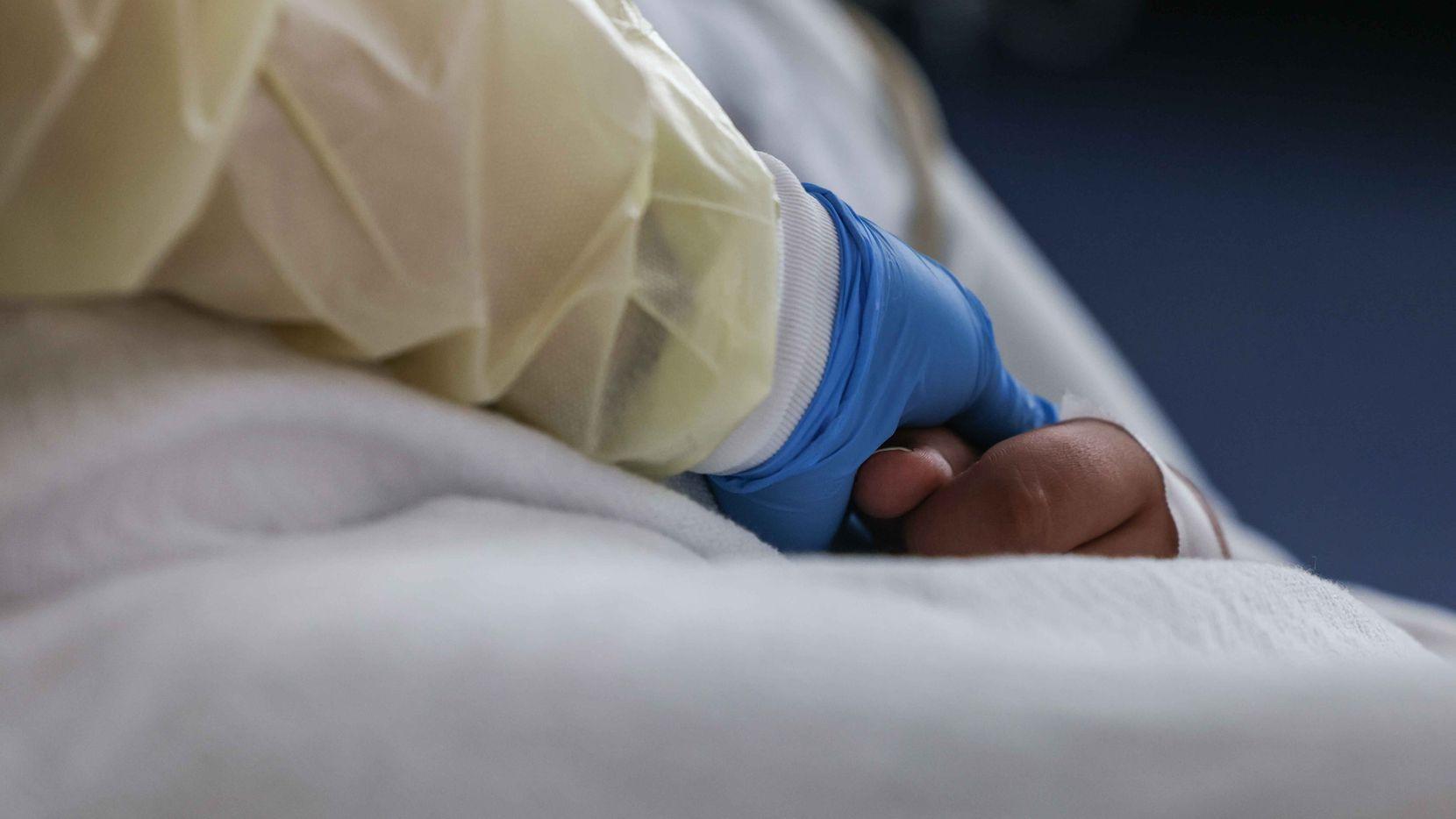 La enfermera Christina Walker supervisa el estado de salud de Francisco Rosales, un niño de 9 años y paciente de covid-19 en la unidad de ciudados intensivos del hospital Children's Medical en Dallas.